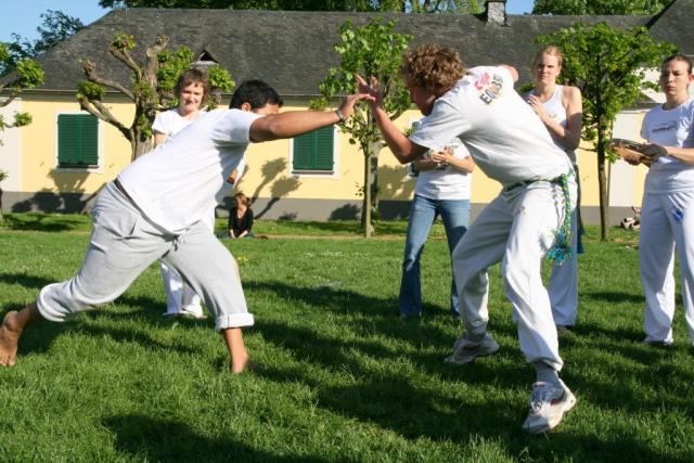 Dynamisches Spiel beim Capoeira in Bonn