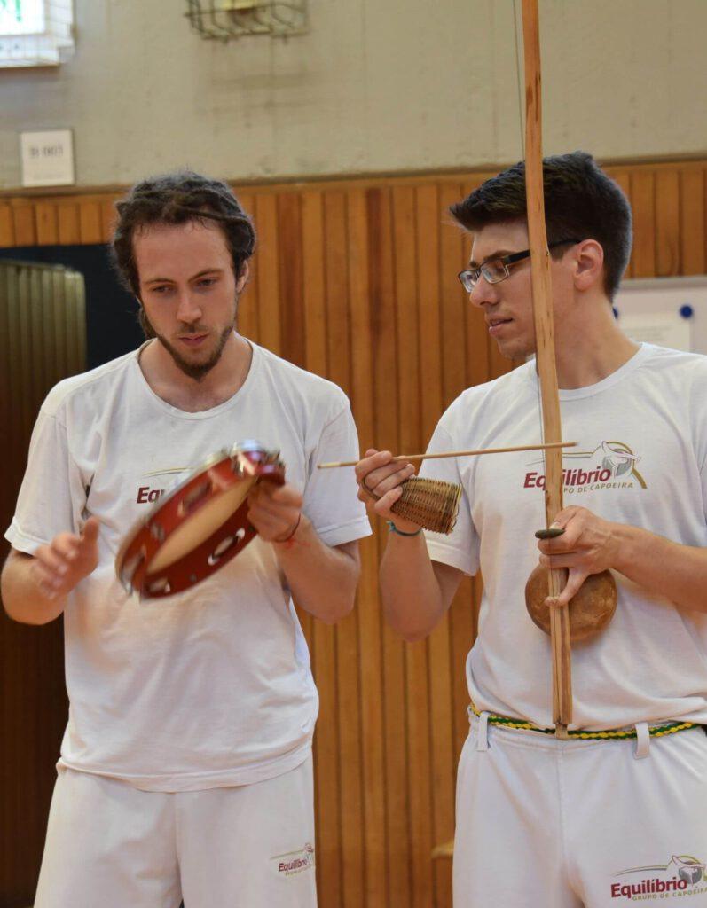 Zwei Capoeira Bonn Schüler beim Musizieren