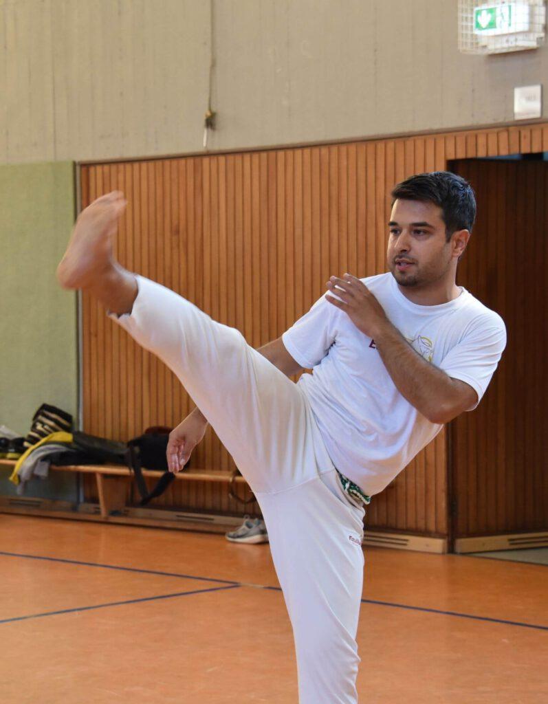 Capoeira Bonn Schüler übt Bencao